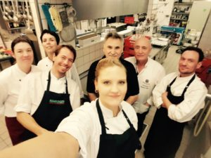 ALvis Restaurant Berlin Mitte - Köchin Juliane im ALvis-Küchenteam gibt Tipps zur Auswahl und Pflege von Messern