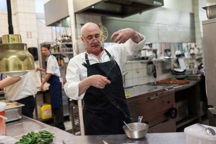 ALvis Restaurant Berlin Mitte - Wolfgang Kanow bei der Herstellung von Zuckerfäden für das Kochbuch